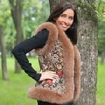 Выкройка «жилета с опушкой» - Размеры: 42-52 и 52-62. Данная модель прекрасно подходит для всех типов фигур и комплекций, хорошо смотрится на женщинах всех возрастов. Жилет с опушкой может быть сшит как из павлопосадских платков и палантинов, так и из кожи, жаккарда, плотной джинсы, д