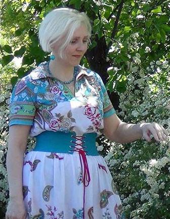 ddcb16c543f1539 и на плече с изнанки можно притачать косую бейку из той же ткани, что и  платье и продёрнуть в неё декоративный шнур.